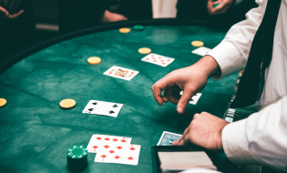 Le differenze tra jackpot fisso e progressivo quando si giocal a lotto, poker e slot