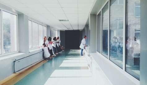 """Commenti razzisti in ospedale: pazienti incolpano """"negro"""" per la lunga attesa"""