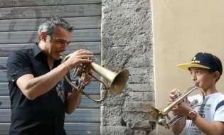 VIDEO - Paolo Fresu suona per strada con un piccolo trombettista