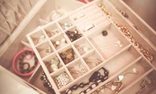 Tutti i consigli per pulire gioielli, argento e pietre